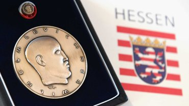 Ausgerechnet der ehemalige hessische Ministerpräsident Roland Koch soll mit der Wilhelm-Leuschner-Medaille ausgezeichnet werden