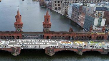 Gemeinsame Sache: Fridays for Future und ver.di auf der Oberbaumbrücke in Berlin